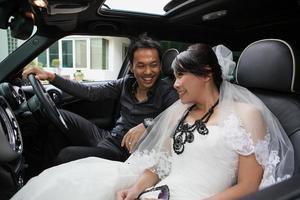 prachtig bruidspaar in auto foto