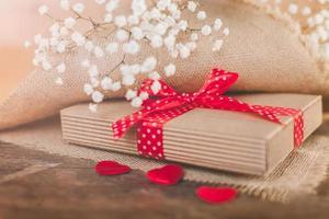 Valentijnsgeschenk bedekt met rustiek textiel foto