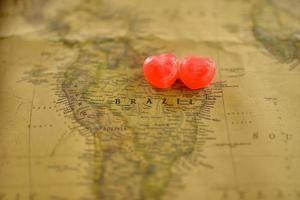 zoete hart snoep huidige liefde in oude kaart van Brazilië foto