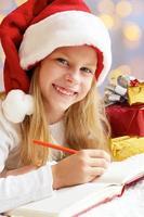 portret van klein schattig meisje met kerstcadeau. foto