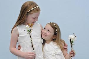 lachende bloemenmeisjes in bruiloft foto