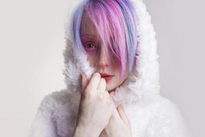 ongebruikelijk meisje met roze haar, voel het koud en kuteesa binnen foto