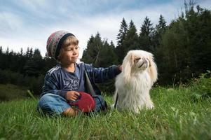 kleine jongen met zijn beste vriend foto