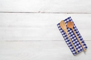 keukenhanddoek en houten lepelachtergrond foto