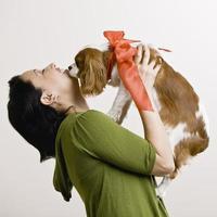 volwassen vrouw met puppy foto
