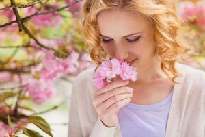 mooie vrouw in lentetuin foto