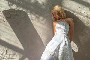 bruid staat rond de gepleisterde muren foto