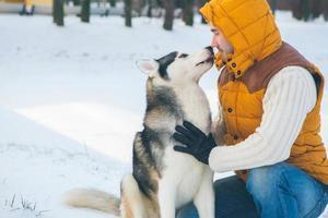 man wandelen met hond wintertijd met sneeuw foto