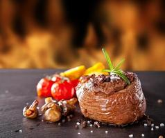 verse biefstuk op zwarte steen en vuur