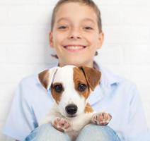 jongen met puppy foto