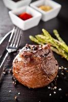 verse biefstuk op zwarte steen foto