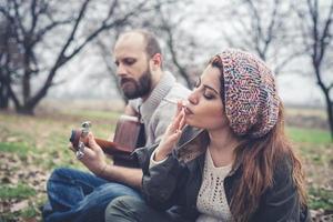 paar verliefd spelen serenade met gitaar foto