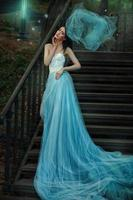 sprookjesblauwe lange jurk van een sprookje.
