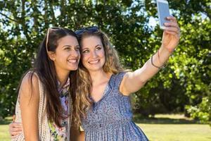 mooie vrienden die een selfie maken foto
