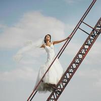 bruid loopt naar de hemel foto
