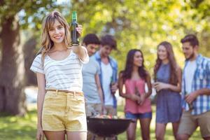 gelukkige vrienden in het park met barbecue foto