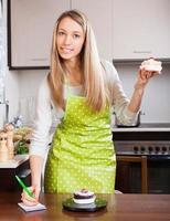 vrouw in schort met een gewicht van taarten foto