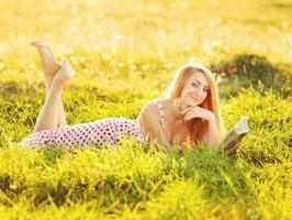 mooie jonge vrouw leesboek.