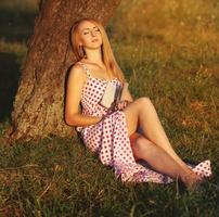 jonge vrouw leesboek