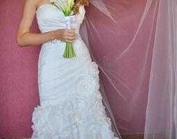mooie bruid met bos bloemen