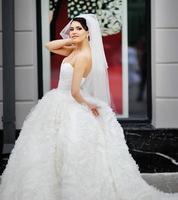 jonge mooie brunette bruid. foto