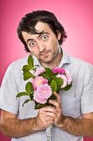 liefde vrijer nerd met bloemen parodie op roze foto