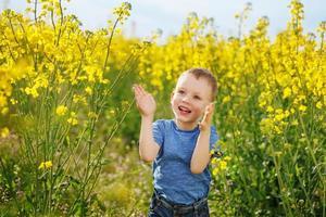 kleine jongen springen en klappen en plezier maken foto