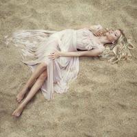 mooie vrouw op zand foto