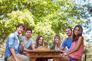 gelukkige vrienden in het park na de lunch foto