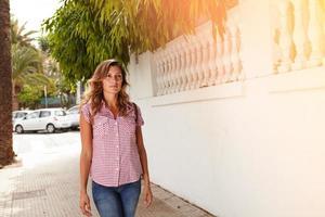 mooie vrouw wandelen met vertrouwen buitenshuis foto