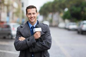 zelfverzekerde nieuwsverslaggever buiten in de regen foto
