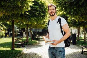 student met rugzak buiten