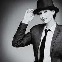retro-stijl jonge vrouw tegen een grijze achtergrond foto