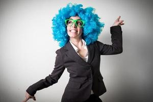 grappige blu pruik mooie jonge zakenvrouw foto