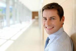 glimlachende zakenman die camera bekijkt foto