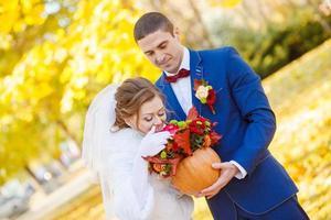zachte knuffels en kussen de bruid bruidegom foto