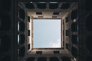 worm's eye view in een betonnen constructie