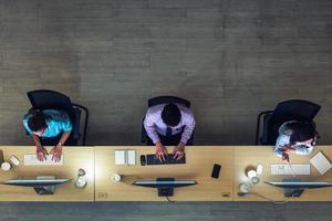 bovenaanzicht van Aziatische medewerkers van de klantenservice foto