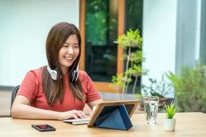 Aziatische zakenvrouw met behulp van technologie tablet buitenshuis foto