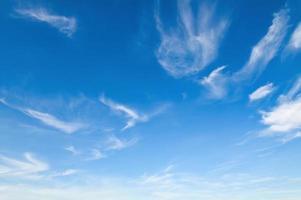 witte wolken met blauwe lucht foto