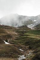 berg bedekt met mist foto