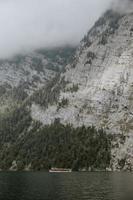 rotsachtige bergen dichtbij watermassa foto
