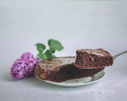 gesneden chocoladetaart foto