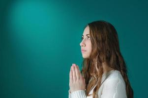 jonge vrouw bidden
