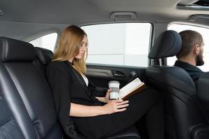 bestuurder en passagier foto