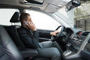 man praten over de telefoon in de auto