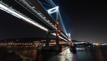 lichtgevende brug van onderen