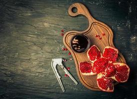 rijpe granaatappels met sap foto