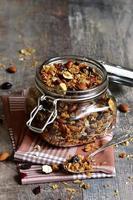granola in een glazen pot. foto