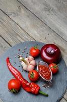 ketchup chili i en zijn ingrediënten foto